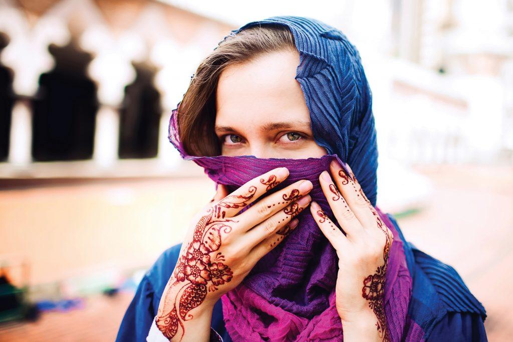 Short termer met hoofddoek en henna op handen