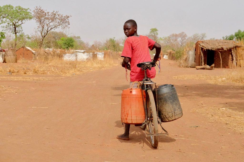 Afrikaanse jongen op fiets