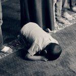 Jongentje dat bid in islamitische gebedshouding