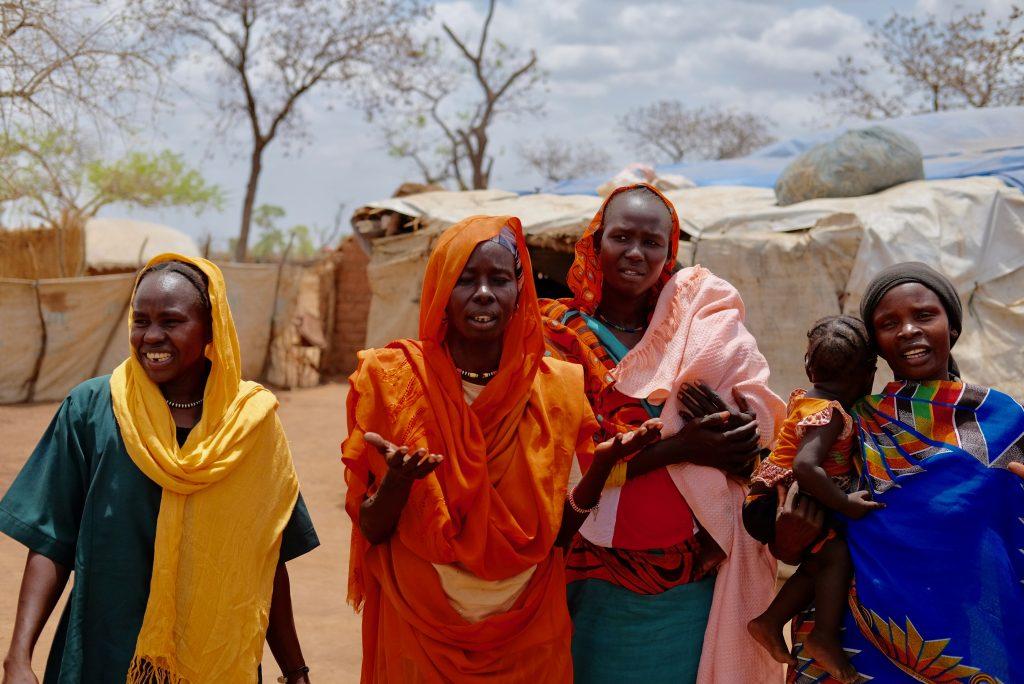 4 vrouwen in droog landschap, Afrika