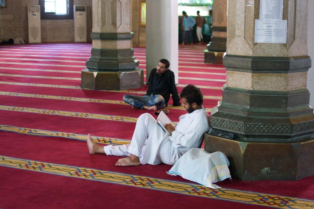 Man die Koran leest in Moskee #30 Dagen