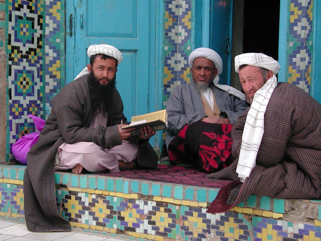 2 mannen lezen Koran met Imam