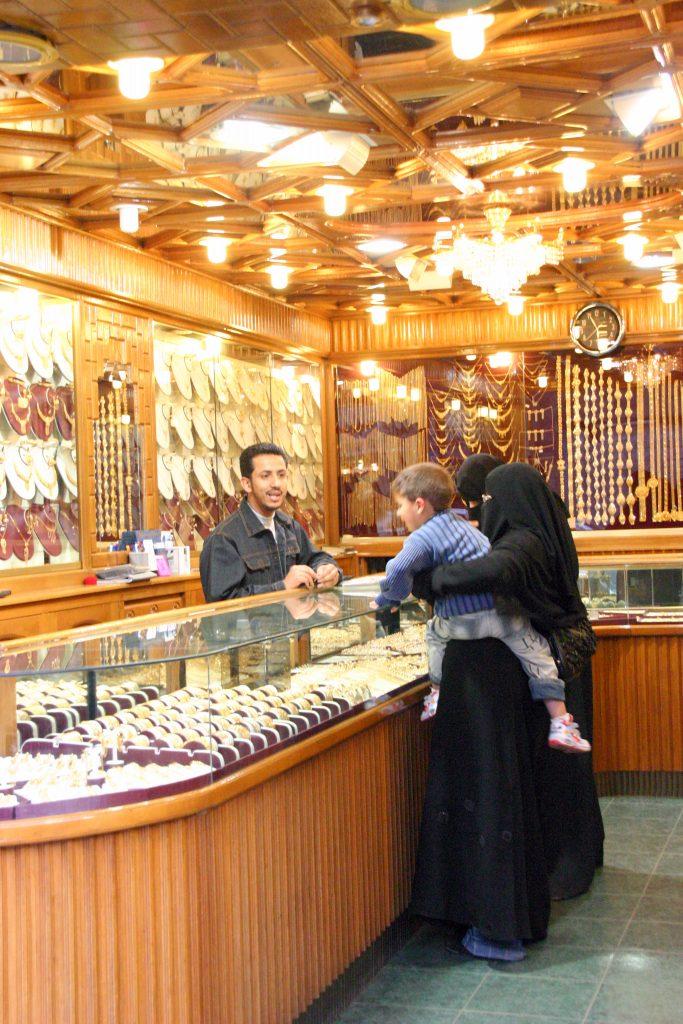gezin bij juwelier met armband