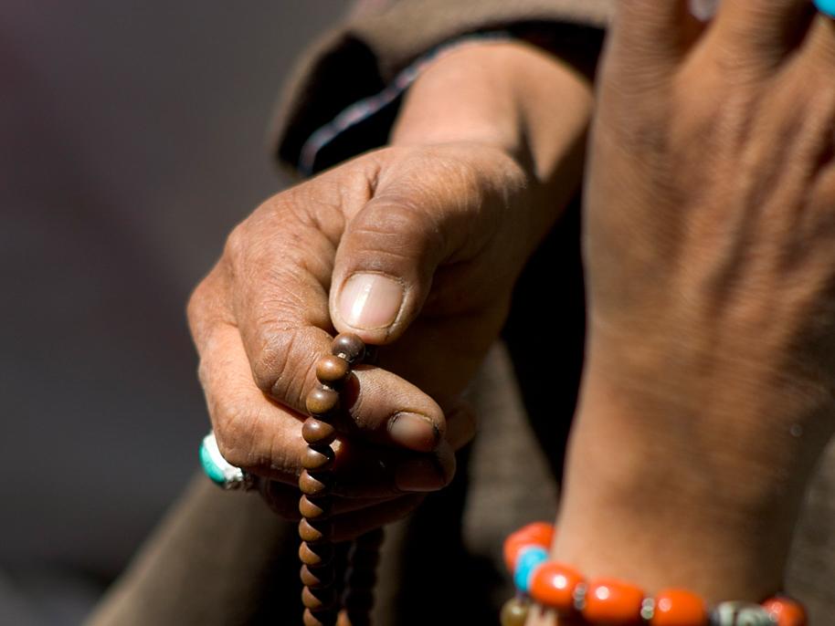 gebedskralen in hand tijdens vasten