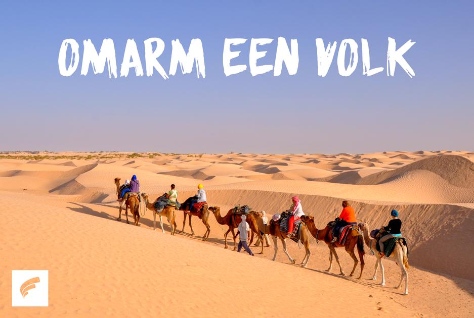karavaan in woestijn met tekst omarm een volk